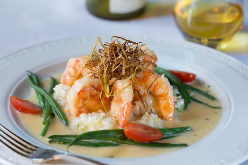 Shrimp served with green beans and tomatoes